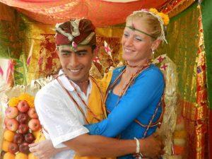 Marjanne Oomen en haar man Putu Supertama op hun trouwdag